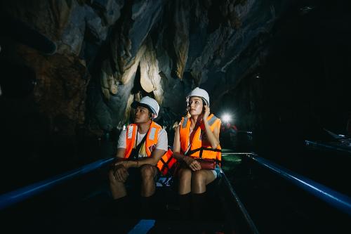 Và còn tuyệt vời hơn khi Quang Vinh và Diễm My được dịp khám phá hang động ngầm đã qua triệu năm tuổi với dòng nước xanh hiếm có bao quanh và cả cảm giác thú vị khi ngồi thuyền giữa đêm ngắm đàn đom đóm hàng nghìn con.