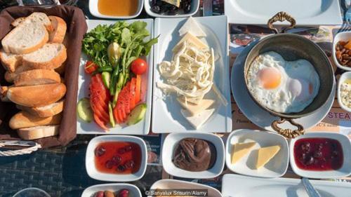 Ngoài các món thông thường như mứt, khoai tây chiên và hạt dẻ, đặc sản của Van là cacığı, một món tzatziki được nướng với ớt dài, ớt xanh, rau mùi tây và hành tây, thêm chút tỏi và dưa chuột.