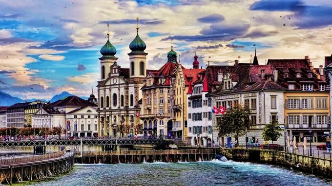 Thành phố Lucerne nằm uốn lượn bên hồ, bao quanh là dãy núi Alps hào hùng. Cảnh quan mang dáng dấp thời Trung cổ, thơ mộng, thu hút du khách mỗi khi đến Thụy Sĩ. Điểm tham quan nổi tiếng nhất ở Lucerne là Chapel - cây cầu có mái che cổ nhất châu Âu, bắc qua dòng sông Reuss. Khi tản bộ trên cầu, du khách có dịp thưởng ngoạn những bức họa cổ nổi tiếng treo dọc hai bên thành cầu. Tháp nước Waaseturn nằm kề bên và núi Pilatus là những điểm chụp hình lý tưởng tại thị trấn cổ kính này. Ảnh:Mariano Mantel