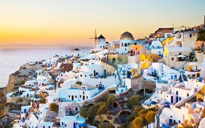 Nằm trên biển Aegean giữa Athens và Crete, Santorini là hòn đảo nổi bật nhất trong quần đảo Cyclades của Hy lạp với những mái vòm xanh nhà trắng bên vách núi cheo leo, tạo nên khung cảnh nên thơ.Ngoài ra, bạn cũng nên đến Athens và Delphi để hòa mình trong không khí cổ kính.Ảnh: Cool FunPedia