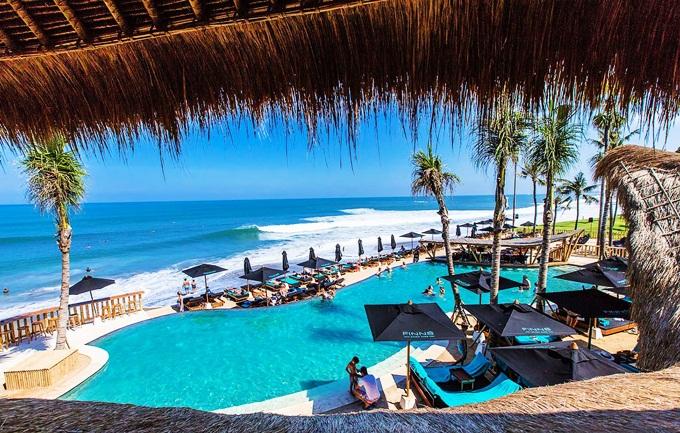 Bali từng đứng đầu cuộc bình chọn những điểm du lịch lý tưởng nhất trên thế giới do tạp chíTravel and Leisure(Mỹ) tổ chức. Nơi đây được mệnh danh làVùng đất của một nghìn ngôi đền hay Thiên đường nhiệt đới.Đến vùng đất này, bạn sẽchoáng ngợp bởi các bãi biển trứ danh, ngắm nhìn làn nước trong xanh trên đảo Benoa của Bali; chiêm ngưỡng cao nguyên Kintamani hùng vỹ. Chiêm bái đền đài được xem là hoạt động phổ biến tại Indonesia. Có dịp đến xứ sở này, bạn nênthămTanah Lot - ngôi đền nổi tiếng nhất Bali, thu hút gần 4 triệu du khách mỗi năm; viếngđền Tirta Empul hay khám phá Goa Gajah (còn gọi là hang Voi) - địa danh khảo cổ Hindu.Ảnh:Asiatourist