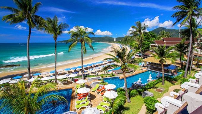 Bangkok và Pattaya là hai thành phố nổi bật ở Thái Lan. Tuy nhiên, nhiều cặp uyên ương có xu hướng chọn Phuket để nghỉ dưỡng vì nơi đây cócác bãi biển đẹp như tranh vẽ và ẩm thựcđặc trưng.Trong tiếng Thái, Phuket mang ý nghĩa của ngọn núi và viên ngọc. Hòn đảo nằm ngoài khơi lớn nhất Thái Lan với diện tích 543 km2 và dân số gần 250.000 người. 60% diện tích trên đảo là rừng. Ở phía Tây Phuket có nhiều bãi cát và phía Đông nhiều sình lầy. Gần điểm cực Nam của đảo là mũi Brahma - nơi ngắm hoàng hôn nổi tiếng... Một trong bãi tắm nổi tiếng tại đây là Patong, Kata, Kata Noi, Nai Harn hay Bang Tao. Ảnh: Phuket.com