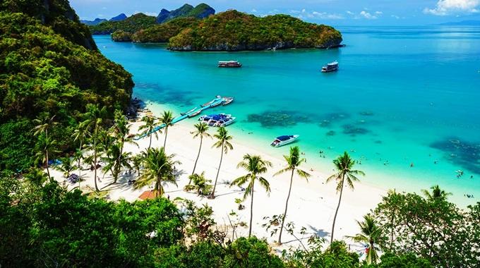 Thiên nhiên hoang sơ tại Krabi níu chân du khách mỗi khi đến Thái Lan những năm gần đây. Nằm phía bờ tây của khu bán đảo miền Nam Thái Lan, Krabi có những bãi biển đầy nắng, cát mịn, mặt nước trong xanh, rừng đước và những đảo đá rời ngoài khơi... Những cặp vợ chồng mới cưới có thể lên thuyền ngắm cảnh thiên nhiên ở đảo Koh Poda và đảo Gà; ngâm mình tại thác nước nóng Nam Tok Ron; thoải mái bơi lội ở hồ thiên nhiên xanh mát Emerald của Sa Morakot; chèo kayak trên sông đến vịnh Bóng Ma hay ăn trưa ngoài đảo... Ảnh:Bangkok Attractions.com