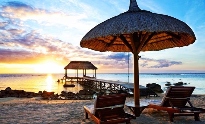 Danh sách do tờ Makemytrip (Ấn Độ) tổng hợp. Mauritius là quốc đảo xinh đẹp bậc nhất châu Phi. Mỗi năm, đất nước này thu hút hàng chục nghìn lượt khách đến du lịch, nghỉ dưỡng, trong đó cónhiều cặp vợ chồng mới cưới. Du khách có thể chiêm ngưỡng vẻ đẹp của các bãi biển xanh biếc như Grand Bay, Pereybere hay Belle Mare&, những khu rừng rậm hùng vỹ và hòa mình vàonền văn hóa đa sắc màu. Đại văn hào Mark Twain từng mô tả vẻ đẹp của quốc đảo nàytrong cuốn sách Dọc dường xích đạo: Mauritius có trước, rồi mới đến thiên đường. Thiên đường chỉ là bản sao của Mauritius. Ảnh:Makemytrip