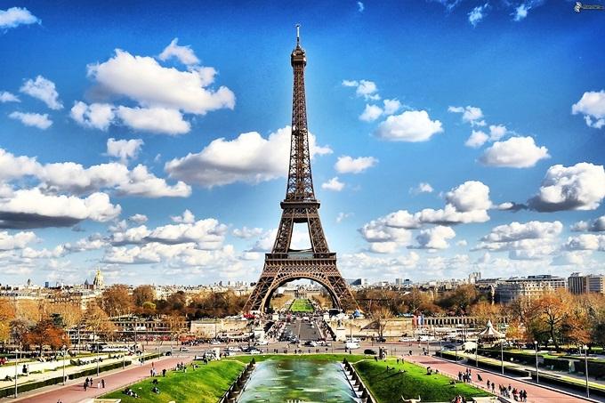 Vẻ đẹp lãng mạn, đậm chất thơ phù hợp với uyên ương mới cưới. Thủ đô Kinh đô ánh sáng níu chân du khách bởitháp Eiffel - biểu tượng nước Pháp; ngắm toàn cảnh thành phố từ Khải Hoàn Môn; dạo bước tạiđại lộ danh vọngChamps Elysees; thăm thú Nhà thờ Đức Bà, bảo tàng Louvre hayvườn Tuileries. Đến đây, bạn đừng bỏ quađồi Montmartre -nơi cao nhất Paris với 130 m;vườn Luxembourg và nên check-in tại cầuAlexandre III.Ảnh: Stbloggen.se