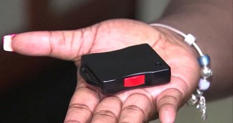 Mỗi khi vào dọn phòng, các nữ nhân viên sẽ mang theo một thiết bị có nút bấm. Đây là dụng cụ giúp họ thoát khỏi sự quấy rối, tấn công tình dục của khách hàng. Ảnh: Local10.