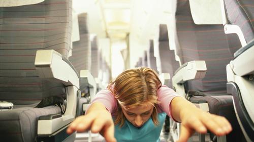 Hành khách chiếm lối đi giữa tập thể dụcNhững  hành khách sử dụng lối đi giữa để tập thể dục trước chuyến bay, hoặc  thậm chí là giữa chuyến bay chắc chắn sẽ khiến những người bay cùng  không thoải mái.
