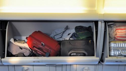 Hành khách nhiều hành lý xách tayHành  khách ngày nay cũng cảm thấy khó chịu bởi số lượng hành lý xách tay  ngày càng tăng. Nếu bạn đang lên máy bay với hành lý quá mức hoặc cồng  kềnh, đừng ngạc nhiên khi bắt gặp một số ánh mắt không thiện cảm.