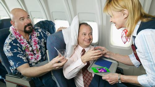 Hành khách đòi hỏiHành  khách không chấp nhận những người bay cùng kiêu ngạo, đòi hỏi và liên  tục làm phiền tới các tiếp viên hàng không. Họ muốn nói rằng, đừng có  đối xử với phi hành đoàn như quản gia của riêng mình.