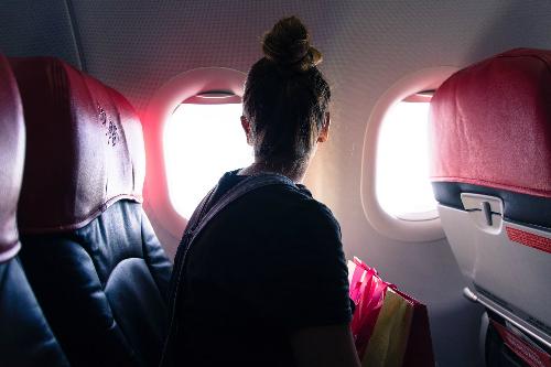 Chắn cửa sổ máy bayMặc  dù điều này không phải là một hành vi xấu trong chuyến bay, nhưng theo  nhiều hành khách thì việc chắn cửa sổ vẫn là không nên. Hành khách không  nên chắn cửa sổ để người ngồi cạnh có thể nhìn ra ngoài và họ cũng nên  hỏi ý kiến người ngồi cạnh trước khi đóng cửa sổ lại.