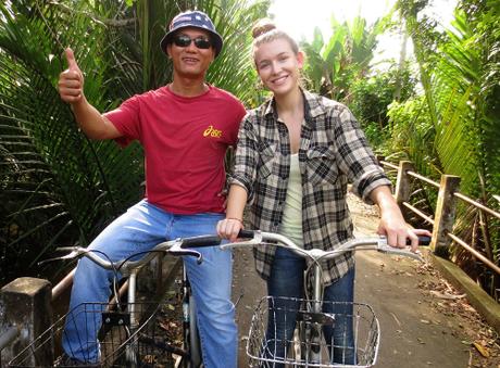 Nathalia trải nghiệm tour đạp xe khám pháđồng bằng sông Cửu Long.