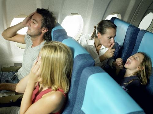 Những đứa trẻ nghịch ngợmKhông có gì ngạc nhiên khi hành khách không muốn giành thời gian giữ trẻ trong suốt chuyến bay của họ. Những du khách không quản con của họ là những người tiếp theo trong danh sách này.