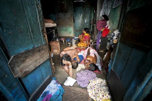 Bên trong một căn phòng của một hộ gia đình ở khu ổ chuột Sonagachi. Ảnh:United Nations.