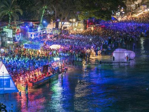 Haad Rin Beach, Koh Panang, Thái LanHaad Rin cũng được du khách phương Tây biết đến với các bữa tiệc trăng tròn nổi tiếng. Vào mùa cao điểm, nơi đây đón khoảng 30.000 đến 60.000 du khách tới đây tham gia các lễ hội nổi tiếng. Vào dịp năm mới, nơi đây cũng sẽ đón hàng nghìn du khách tới vui chơi.