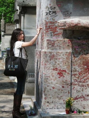 Phần lớn du khách ghé thăm ngôi mộ đều là nữ. Ảnh: Amusing Planet.