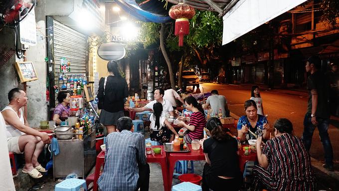 Quán mì vằn thắn mở cửa 18 tiếng mỗi ngày ở phố cổ Hà Nội