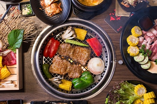 Các món ăn được nướng tại bàn giúp lưu giữ trọn vẹn hương vị thơm ngon.