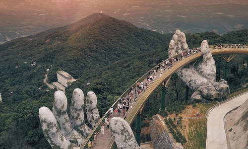 Du khách Malaysia nổi tiếng nhờ chụp ảnh Cầu Vàng ở Đà Nẵng - VnExpress Du Lịch