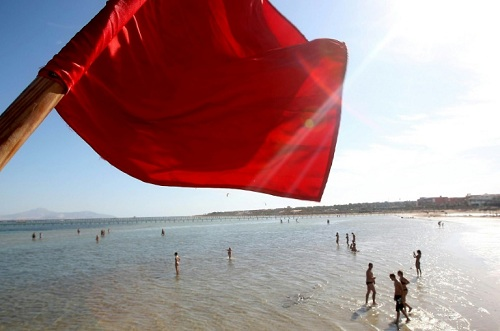 Cờ đỏ cảnh báo cá mập tại một khu resort ven Biển Đỏ ởSharm el-Sheikh. Ảnh:AFP.