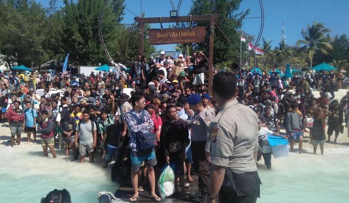 Hàng nghìn du khách chen chúc trên bãi biển để di tản tại Indonesia