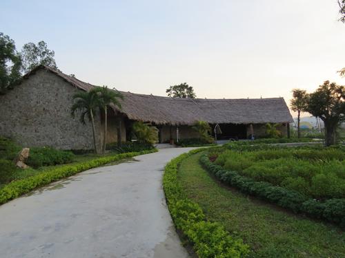Một điều thú vị nữa là đến với khu sinh thái Mường Thanh Diễn Lâm bạn sẽ có những xúc cảm thú vị khi được quay ngược thời gian về hơn 10 thế kỷ trước trong không gian của ngôi làng Việt cổ với những ngôi nhà được làm từ bùn trộn rơm, mái lá cùng những vật dụng chỉ có thể có trong câu chuyện cổ tích. Không gian của ngôi làng Việt cổ được xây dựng khu vực này nhằm tái tạo lại một làng quê Việt Nam của thế kỷ thứ 9, mô phỏng lại cuộc sống sinh hoạt của ông bà cha ông chúng ta cho thế trẻ hiểu thêm về cội nguồn dân tộc.