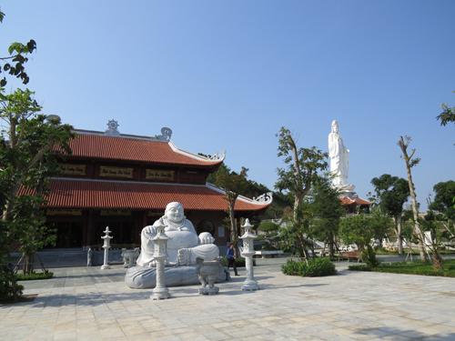 Điểm đặc biệt nhất của khu du lịch sinh thái Diễn Lâm là khu tâm linh, trung tâm là chùa Lâm Hà tôn nghiêm với mong muốn hướng mọi người đến với cõi thiện tâm. Khu tâm linh được xây dựng ở vị trí đắc địa với hệ thống tượng Phật trong chùa làm bằng đồng dát vàng. Cổng chính uy nghi, tỉ mỉ đến từng chi tiết, con số đều hàm chứa những ý nghĩa sinh quan, 18 vị A-la-hán xếp dọc theo đường lên chùa (gồm 173 bậc), khu nhà Tam bảo, gác trống, gác chuông, nhà Tổ, Tăng xá, nhà khách...Và cao nhất là tượng Quan Âm bề thế (cao 43m) - làm bằng xi măng cốt thép và tượng Phật Di Lặc, tượng Phật Niết-bàn... khiến cho du khách mỗi khi đến đây được hòa mình trong cõi thiền thanh thản. Chùa Lâm Hà một phần quan trọng trong khu du lịch sinh thái Mường Thanh Diễn Lâm. Đây không chỉ là nơi sinh hoạt tôn giáo, cầu an của du khách thập phương, mà còn hướng về cội nguồn tổ tiên với việc thờ Mẹ Âu Cơ và Vua Hùng  những người có công khai lập ra nước Việt.