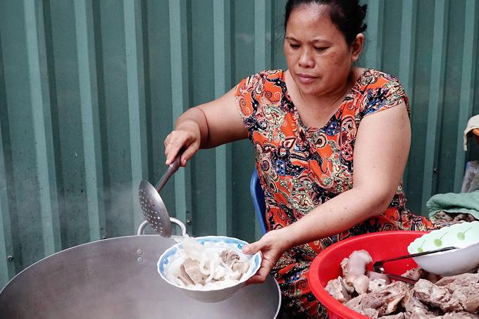 Quán bánh canh bán bò viên to như bóng tennis ở Sài Gòn