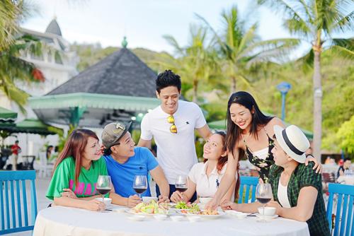 12h  13h: Ăn trưa tại Quảng trường Thời đạiKhách du lịch có thể thưởng thức bữa trưa tại chuỗi nhà hàng ngay tại khu vui chơi. Cũng tại đây, du khách có thể quay trở lại dùng bữa tối bên bờ biển trong không khí mát lành của mùa hè, với các món ăn bốn phương.