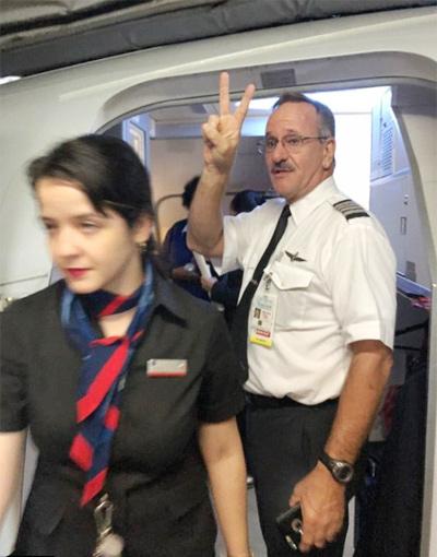 Phi công tỏ ra vui mừng khi cho hành khách người Trung Quốc xuống khỏi máy bay. Ảnh: Jay Tang.