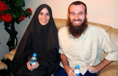 Amanda và bạn trai trong bức ảnh đầu tiên khi họ được những kẻ bắt cóc trả tự do. Ảnh: Reuters.