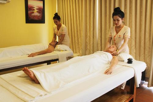 Sau ngày dài khám phá đảo, du khách có thể thư giãn cùng những liệu pháp massage chân, massage body tại Sandle Spa.