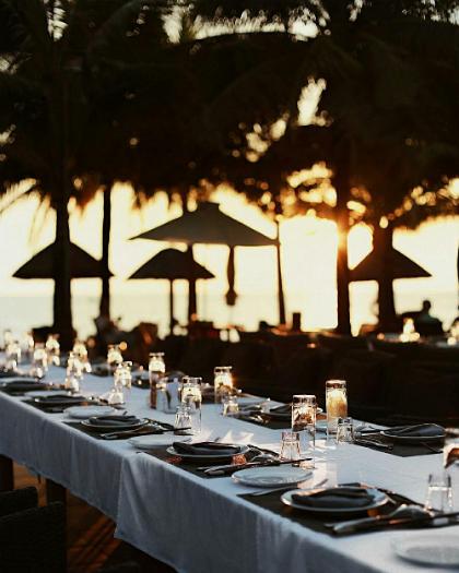 Với nhà hàng sang trọng cạnh hồ bơi, thực khách sẽ có tầm nhìn thẳng ra biển và hoặc yêu cầu set up tiệc ấm cúng bên bãi biển.