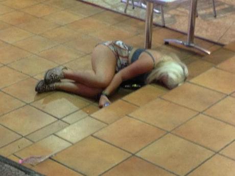Hình ảnh du khách say rượu, nằm ngủ gục ở trên đường phố Magaluf không phải là điều hiếm thấy. Ảnh: News.
