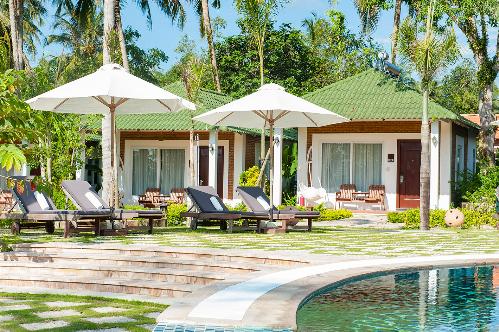 Những khu nghỉ dưỡng xanh mát, có bãi biển và hồ bơi luôn là lựa chọn lý tưởng cho kỳ nghỉ gia đình. Cách trung tâm và sân bay Phú Quốc chỉ hơn 4 km, thuận lợi cho việc đi lại, khu nghỉ dưỡng Famiana được mệnh danh là resort xanh, một địa chỉ không thể bỏ qua cho những gia đình yêu thích vẻ đẹp thiên nhiên. Nơi đây có diện tích rộng hơn 4 hecta, có bãi biển riêng trải dài trên 200 m dọc Bãi Trường, mang lại du khách trải nghiệm dịu mát trong không gian vườn nhiệt đới bên bờ biển. Không mang vẻ lộng lẫy, khu nghỉ dưỡng có những bungalow và villa riêng biệt thiết kế hơi hướng gần gũi với thiên nhiên.