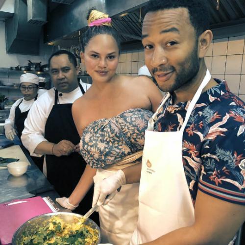 Vợ chồng ca sĩ John Legend học nấu ăn tại Bali. Ảnh:Instagram.