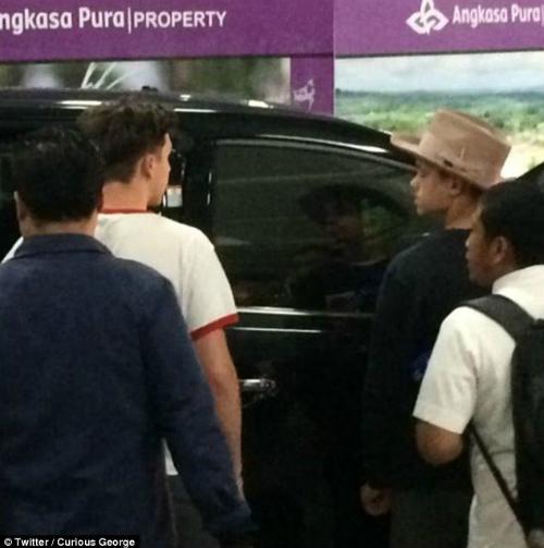 Brooklyn (áo trắng, bên trái) cùng em trai Romeo (áo đen, phải) tại sân bay quốc tế Angkasa Pura, Bali. Ảnh:Twitter/Curious George.