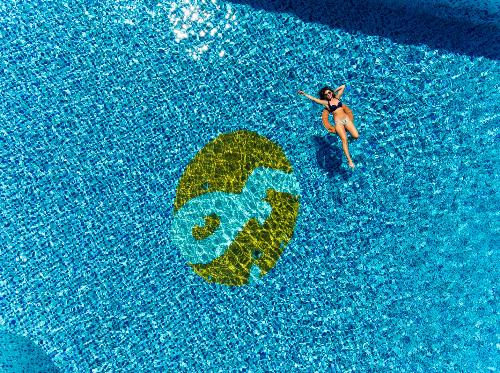 Ngoài bãi biển riêng với khuôn viên xanh mát, khu nghỉ dưỡng còn sở hữu 2 hồ bơi rộng hơn 300 m2, có khu vực nước cạn an toàn cho trẻ vui đùa.