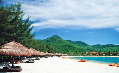Được bao quanh bởi những dãy núi xanh ngát kết hợp với bãi biển xinh đẹp, Diamond Bay Resort & Spa ghi điểm bởi cảnh quan nguyên sơ đẹp, yên tĩnh, phù hợp cho các đôi uyên ương tận hưởng một tuần trăng mật ngọt ngào và lãng mạn.