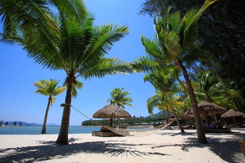 Nằm trải dọc theo Bãi Trường, khu nghỉ dưỡng Famiana Resort & Spa Phú Quốc rộng hơn 4 hecta có bãi biển riêng cát vàng mịn dài thoai thoải bên hàng dừa xanh rợp bóng hòa cùng làn nước trong xanh. Du khách có thể ngắm mặt trời lặn khi hoàng hôn buông xuống biển đẹp nên thơ mỗi chiều.