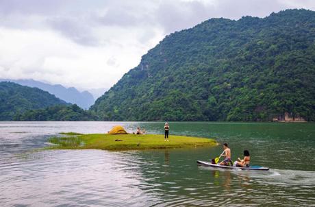 Hồ nước yên bình là nơi thích hợp để chèo thuyền thư giãn, ngắm cảnh.