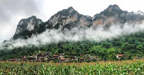 Khu nhà nghỉ nằm nép bên sườn núi với giá cả phải chăng.