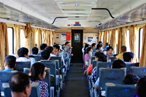 Hành khách đi tàu lửa ở Sài Gòn. Ảnh: Phong Vinh.