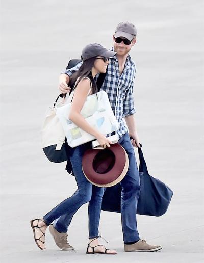 Hoàng tử Harry đưa Meghan lên máy bay trước chuyến đi tới châu Phi nhân dịp sinh nhật lần thứ 36 của cô. Ảnh: Vanity Fair.