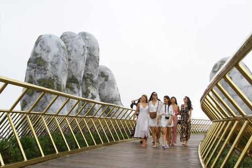 Dàn hoa hậu các nước check-in cầu Vàng Đà Nẵng - ảnh 2