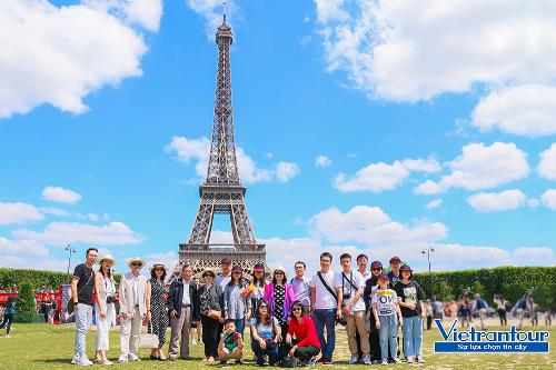 Đoàn khách Việt Nam tham quan tháp Eiffel (Pháp) vào dịp hè năm nay.