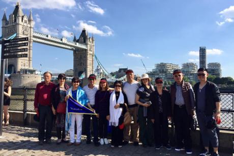 Du khách Việt chụp ảnh lưu niệm gần cầu Tháp London (vương quốc Anh).