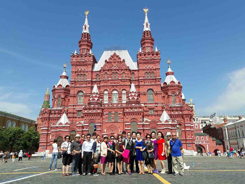 Nhóm các du khách tham quan khu vực quảng trường Đỏ ở Moscow (Nga).