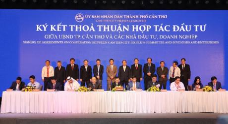 Đại diện Tập đoàn Novaland cùng các doanh nghiệp thực hiện ký hết thỏa thuận hợp tác đầu tư với UBND TP Cần Thơ