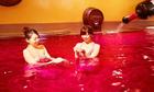 Thú vui tắm trong rượu vang và trà xanh ở Nhật Bản