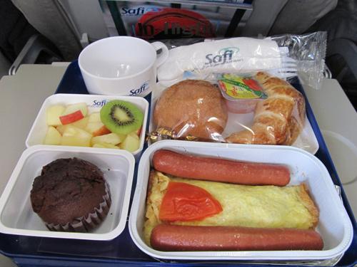 Bữa sáng của Safi Afghan Airlines năm 2012: Xúc xích và trứng tráng, bánh sừng bò, bánh mỳ và muffin chocolate.